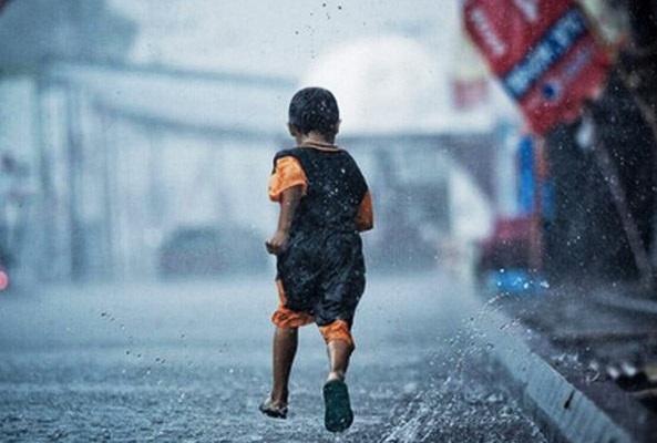 没有伞的孩子必须努力奔跑